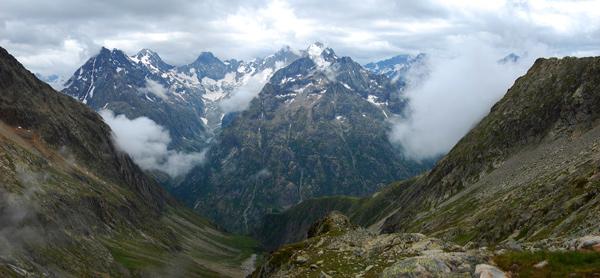 Mraky nad dolinou pod Aiguille Dibona. Červenec 2011..