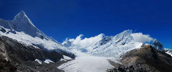 Artesonraju (6025m) a Pirámide de Garcilaso (5885m) nad ledovcem Parón při pohledu z Artesonraju morrain camp. Srpen 2009.