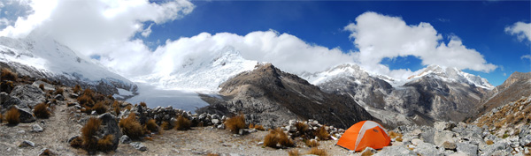 Morénový kemp pod Artesonraju (6025m). Srpen 2009.