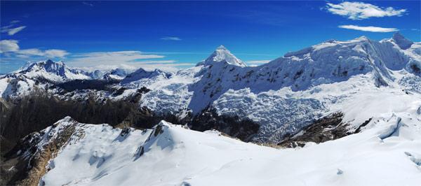 Rozhled z vrcholu Ishinca (5530m). Výrazná pyramida je Tocllaraju (6034m). Červenec 2009.