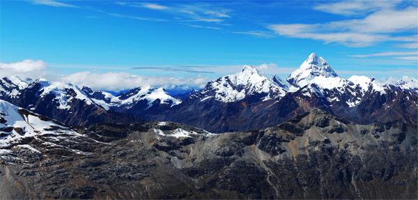 Rozhled z vrcholu Ishinca (5530m). V dálce je vidět 'peruánská K2' - Huantsan. Červenec 2009