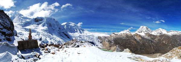 Na konci ledovce pod Tocllaraju. Vpravo je Ranrapalca (6192m), malinká Ishinca (5530m) a úplně vlevo Tocllaraju (6034m). Červenec 2009.
