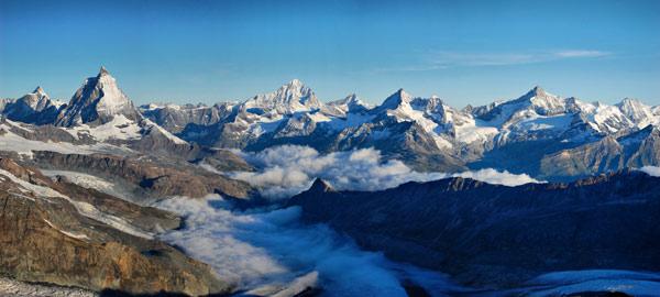 Walliské Alpy při pohledu z ledovce na Monte Rose. Červenec 2008.
