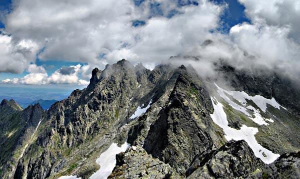 Rysy (2503m). Nejvyšší hora Polska. Výhled z vrcholu Žabího koně (2320m). Červenec 2008.