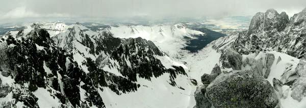 Baraní rohy (2526m), dole Velká zmrzlá dolina a v dáli Belanky. Březen 2006.